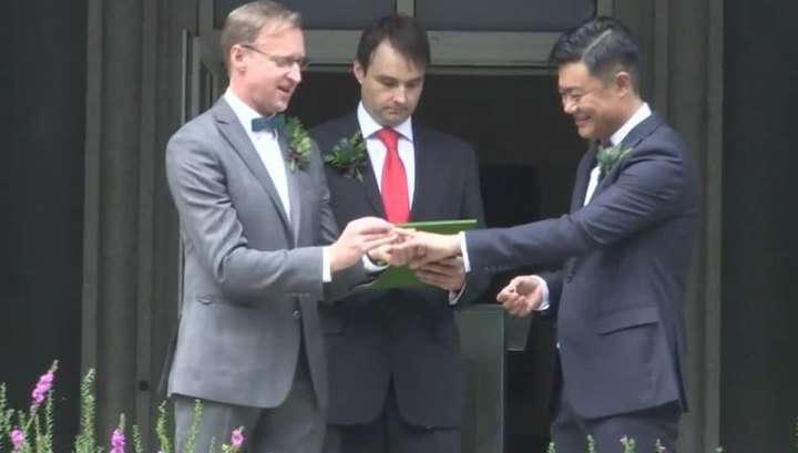 Перед любовью все равны: генконсул США в Шанхае женился на друге-гее из Поднебесной (Видео)