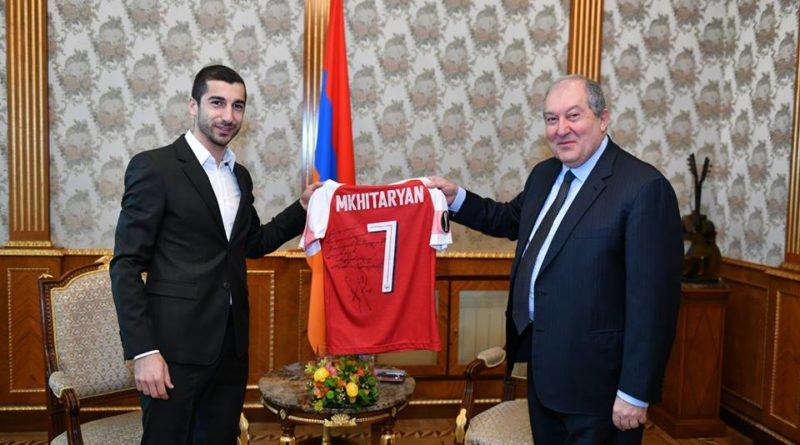 Հենրիխ Մխիթարյանն իր մարզաշապիկը նվիրել է նախագահ Արմեն Սարգսյանին /լուսանկարներ/