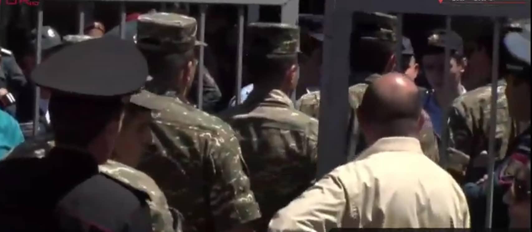 Քիչ առաջ զինվորականներ մուտք գործեցին Քոչարյանի գործը քննող դատարանի դարպասներից ներս