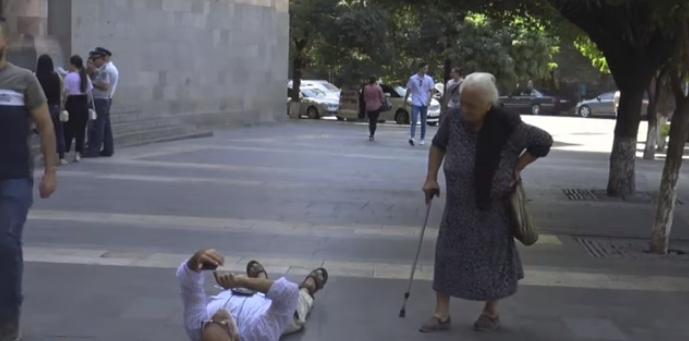 Տեսանյութ.  Արա, դե վեր կաց էլի, ամոթ ա. ՀՀԿ տատին՝ գետնին պառկած Վարդգես Գասպարիին