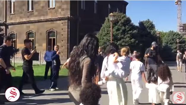 Տեսանյութ.Քիմ եւ Քորթնի Քարդաշյաններն Էջմիածնում մկրտեցին երեխաներին