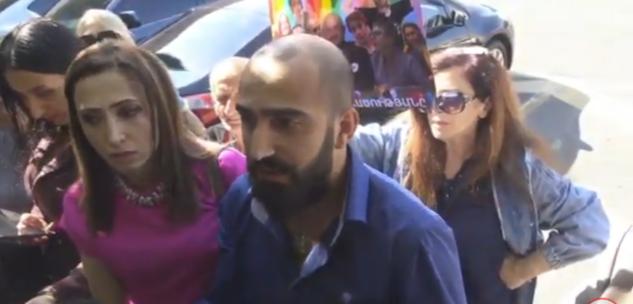 Տեսանյութ.Կառավարության շենքի մոտ ոչ թե աղջիկներ էին, այլ տրանսգենդերներ. մարդկանց սադրում են, որպեսզի ծեծեն նրանց