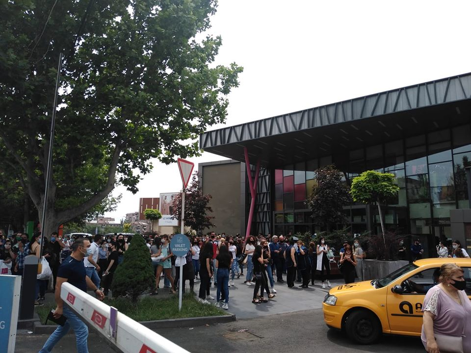 Ահազանգ՝ «Երևան մոլ» առևտրի կենտրոնում ռումբ կա. մարդկանց տարհանեցին, շենքին մոտեցան ԱԻՆ-ի, շտապ օգնության, ոստիկանական մեքենաները
