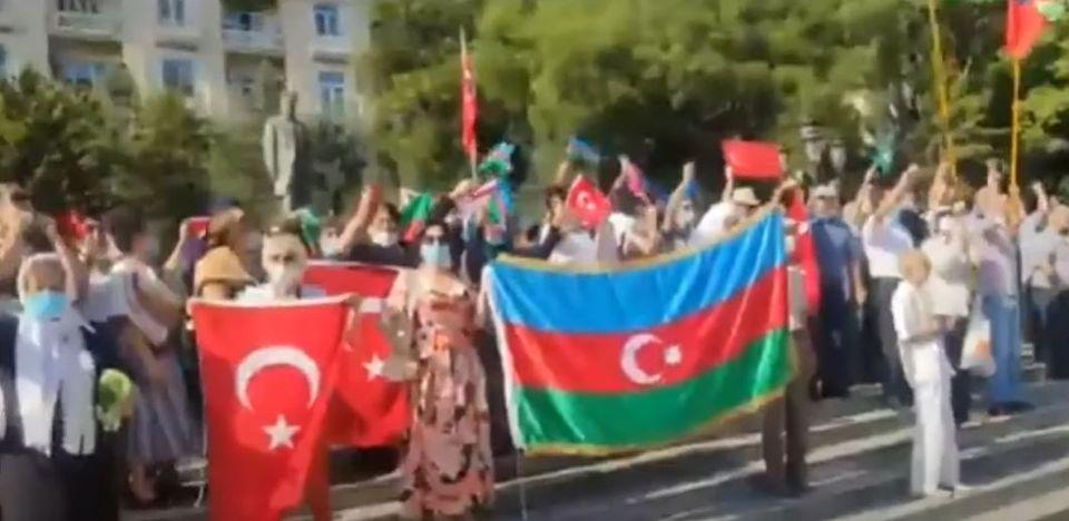 Բաքվում Թուրքիայի դեսպանատան առջև հավաքվել են մարդիկ, և պահանջում Թուրքիայից, որ զորքերը չհանի Ադրբեջանից