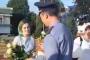 Բելառուսում ոստիկանը ծաղիկներ է բաժանել ցուցարարներին /Տեսանյութ/