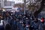 Ժողովուրդը հասավ կառավարական առանձնատան մոտ. Այստեղ մեծ թվով ոստիկաններ կան /ուղիղ/