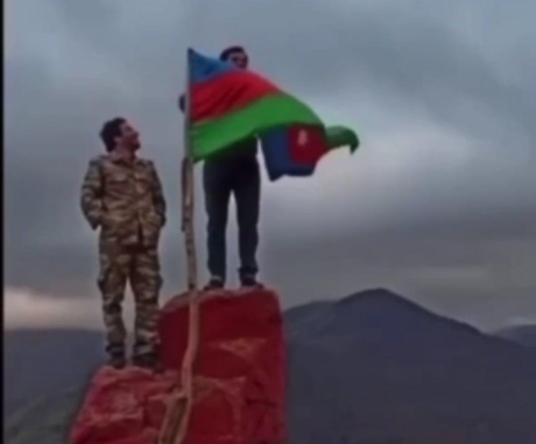 Տեսանյութ.Շուտով նաև Երևանում ենք երգելու, մեր Փաշինյանին լավ պահեք մինչև գանք. Ադրբեջանցիները երգում են Հադրութի  եռագույն քարի վրա