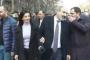 Աննա Հակոբյանը, ժպիտը դեմքին, քայլում է ամուսնու կողքից. հատուկ ողջունեցին Խաչատուր Սուքիասյանի շենքի լուսամուտներում երևացողներին