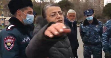 Փաշինյանի աջակից մի կին նախ վիրավորել է տարեց մարդու, ապա հարվածել լրագրողի տեսախցիկին և հայհոյել. Yerkir.am
