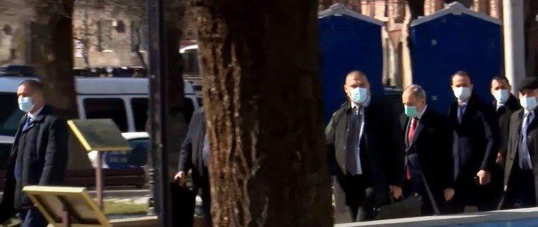 Նիկոլ Փաշինյանը, թիկնապահներով շրջապատված, ժամանեց. Քաղաքացիներին բերման են ենթարկում
